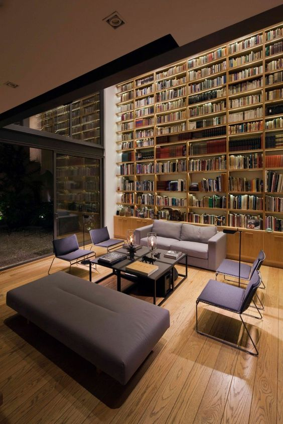 boekenkast idee in klassieke woning met loungevoor kast