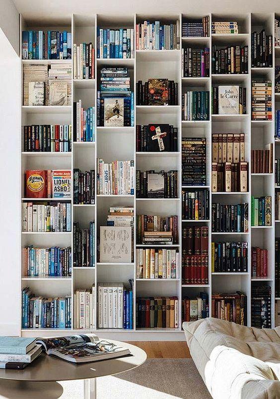 boekenkast idee in moderne woonkamer met witte kast