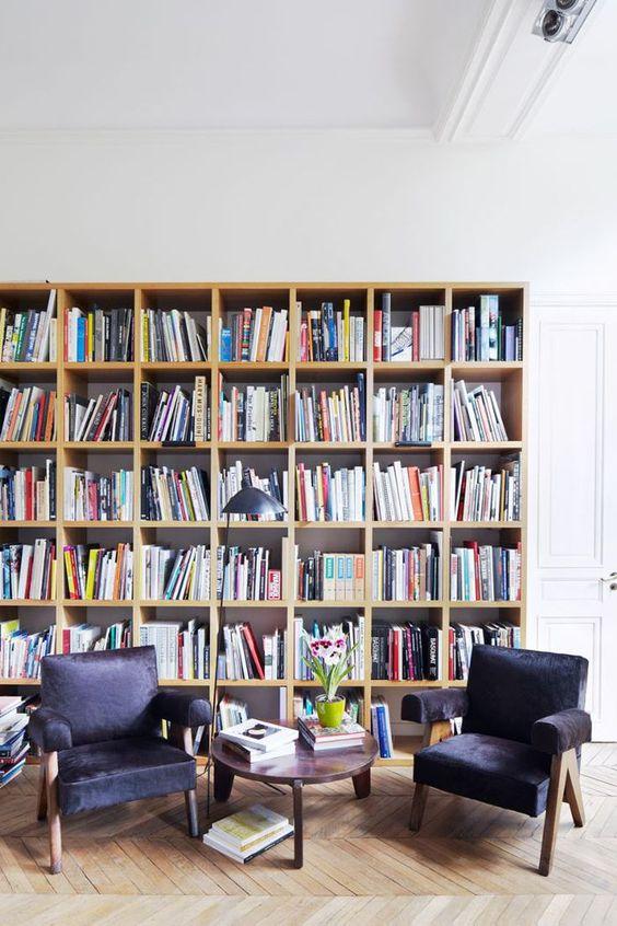 boekenkast idee in klassieke woning met stoelen voor kast