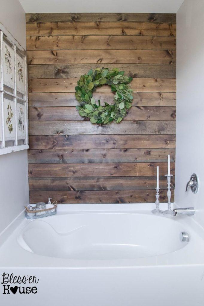 landelijke houten muur in de badkamer