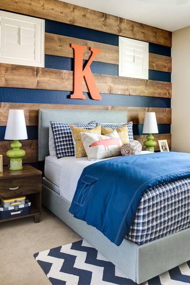 moderne houten muur in de slaapkamer van horizontale planken