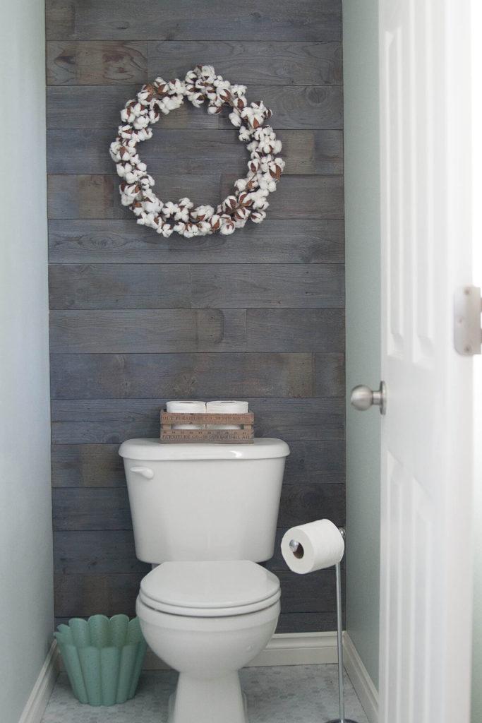 landelijke houten muur in het toilet