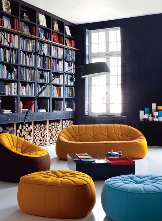 boekenkast idee in klassieke woning met stoel voor kast