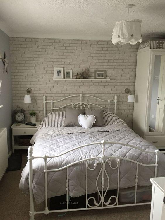 grijze stenen muur in moderne slaapkamer
