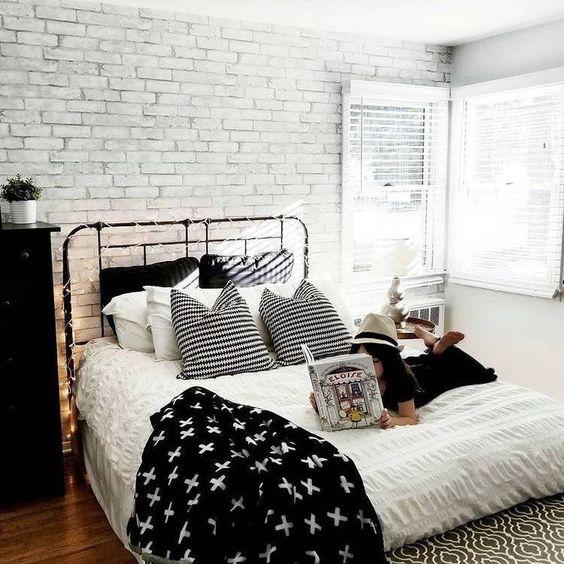 witte stenen muur in moderne slaapkamer