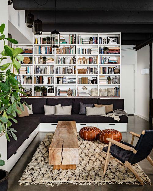 boekenkast idee in landelijke woning met stoel voor kast