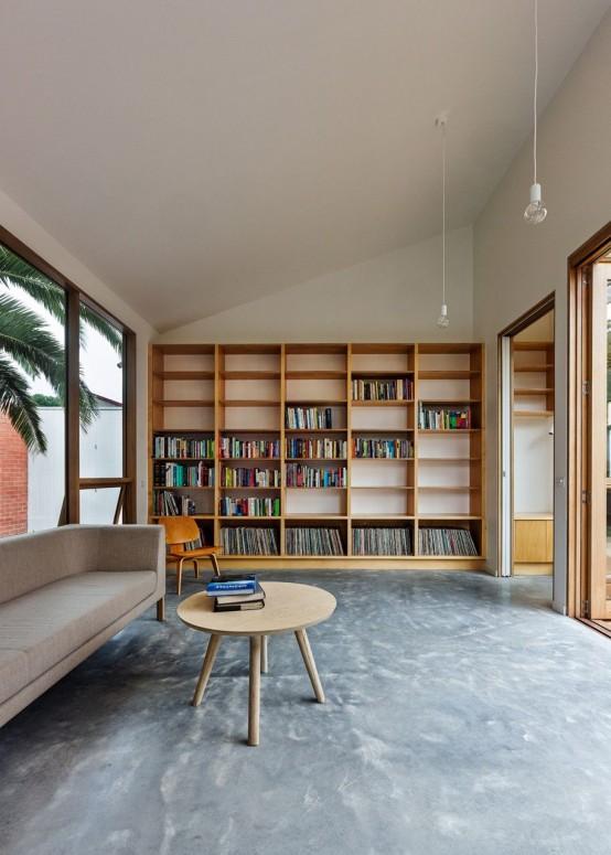 boekenkast idee in scandinavische woning met stoel voor kast