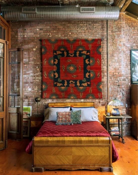 rode stenen muur in moderne slaapkamer met groot wandkleed aan de muur