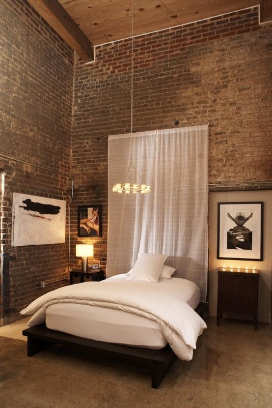 rode stenen muur in moderne slaapkamer met kunst en sfeerverlichting
