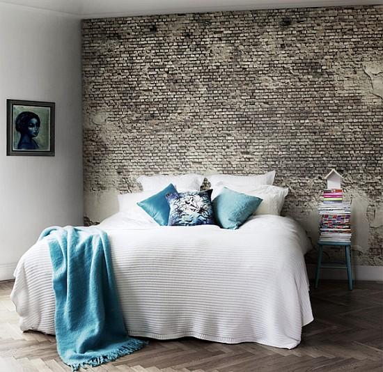grijze stenen muur behang met in slaapkamer met wit bed en kunst
