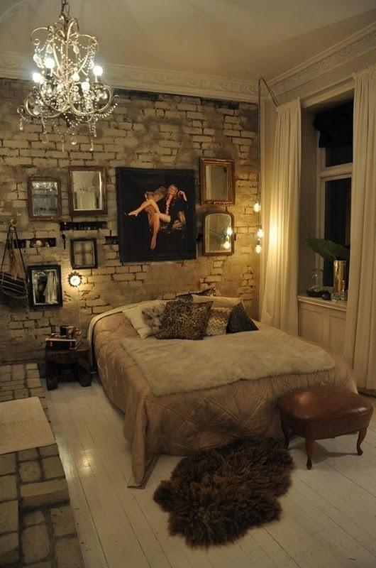 witte stenen muur in modern landelijke slaapkamer