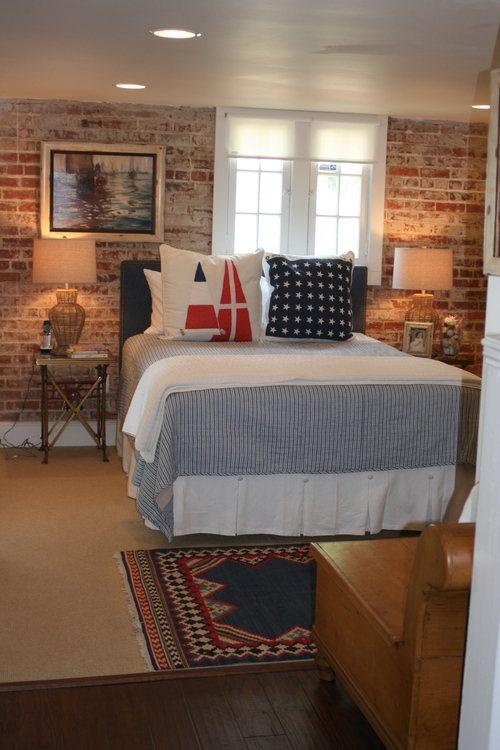 bakstenen muur in moderne slaapkamer met bed en vloerkleed