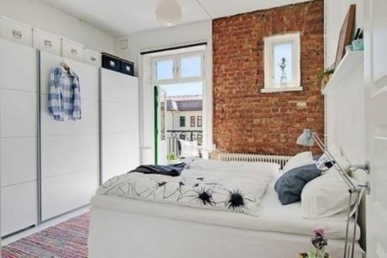 bakstenen muur in moderne witte slaapkamer