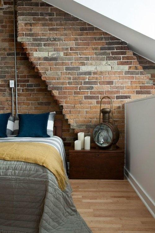 bakstenen muur in moderne slaapkamer met oude lamp en kaarsen