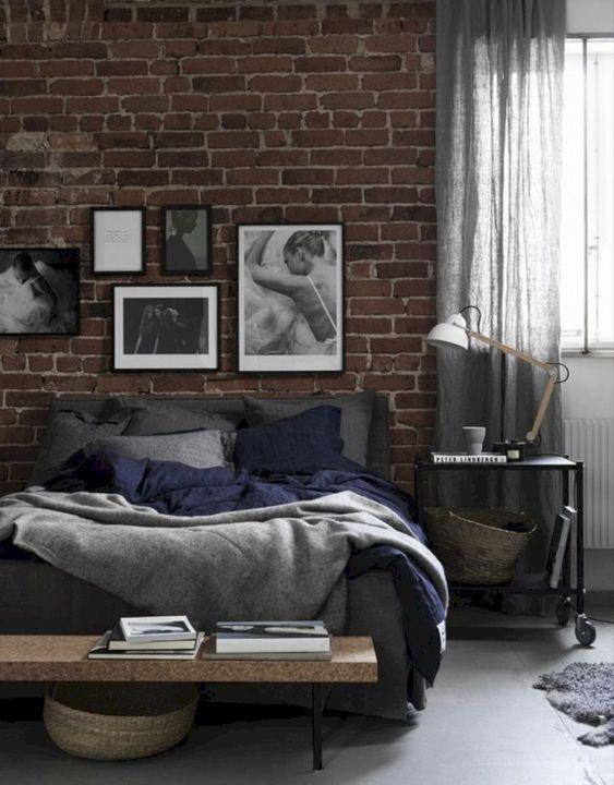 rode stenen muur in moderne slaapkamer met industriele look en zwart wit kunst op de muur