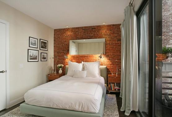 rode bakstenen muur in moderne slaapkamer voor schuifpui en hoge ramen