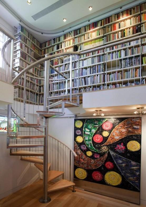 boekenkast idee in klassieke woning langs wenteltrap