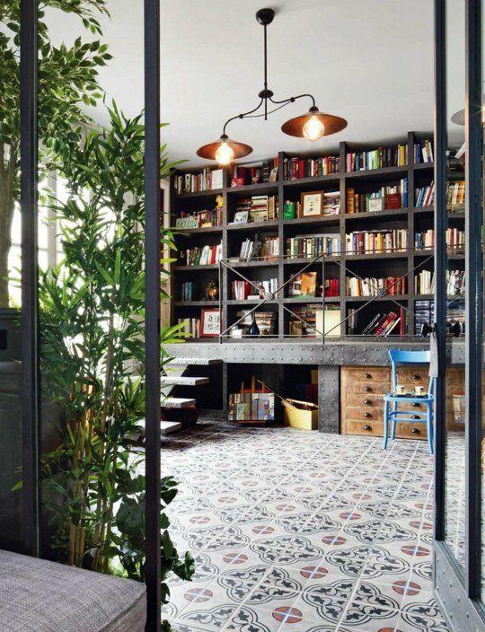 boekenkast idee in industriele woning met stoel voor kast