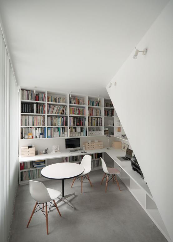 boekenkast idee in klassieke modern thuiskantoor met stoel voor kast