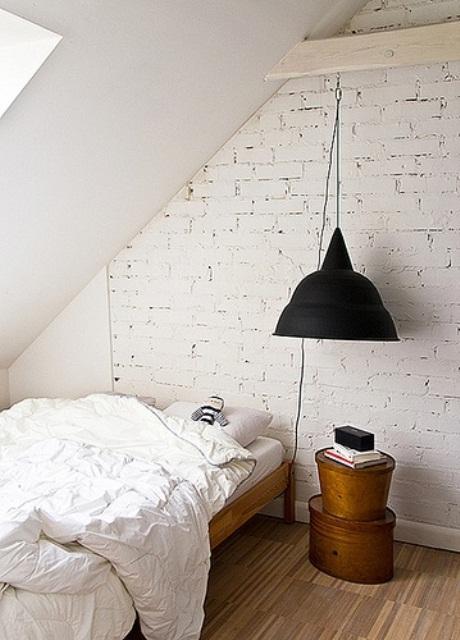 witte stenen muur in slaapkamer met minimalistisch scandinavisch ontwerp